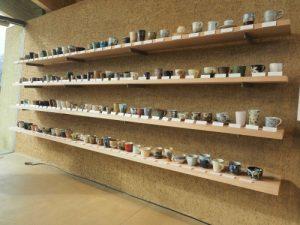 様々な作家の益子焼のカップが並ぶ道の駅ましこ(栃木)
